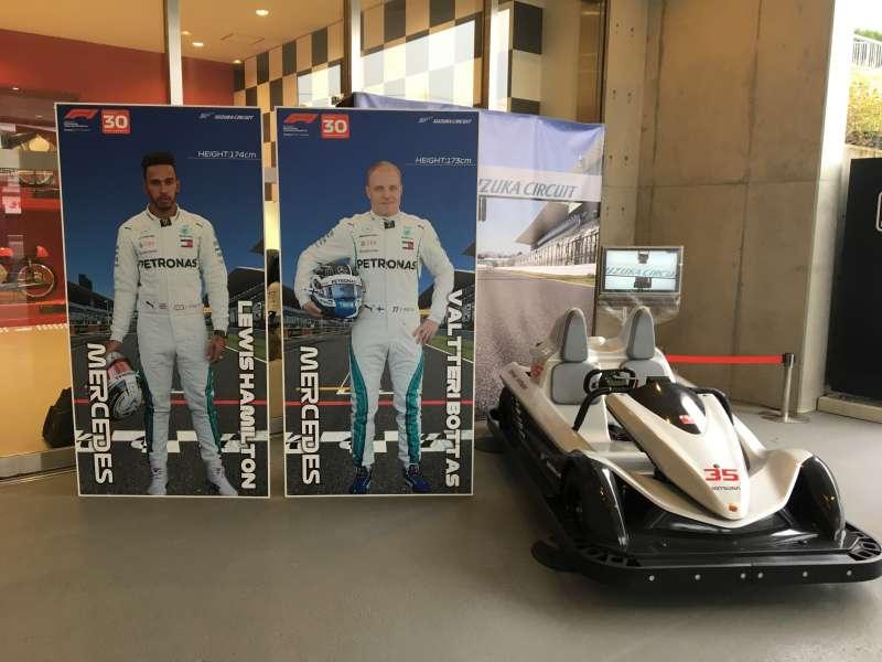 F1日本グランプリ:ドライバー等身大パネル、ハミルトンとボッタス