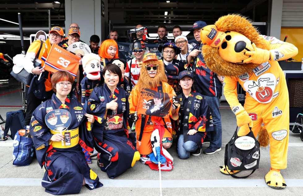 【F1日本GP 2019】レッドブルのピット内にて仲間と